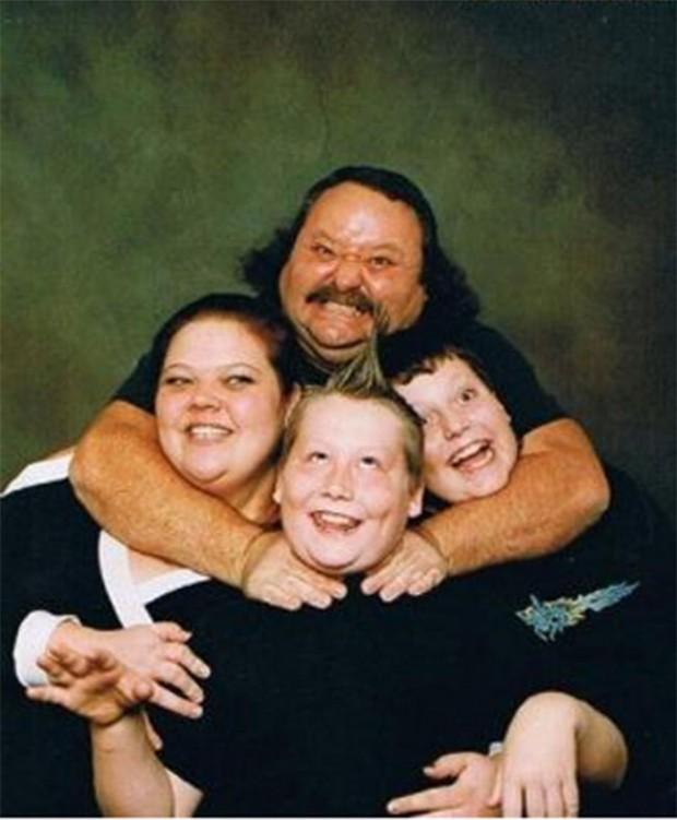 The-21-Most-Awkward-Family-Photos12-620x